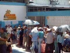 Cubanos haciendo cola