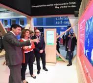 Ribera visita un stand de la COP25.
